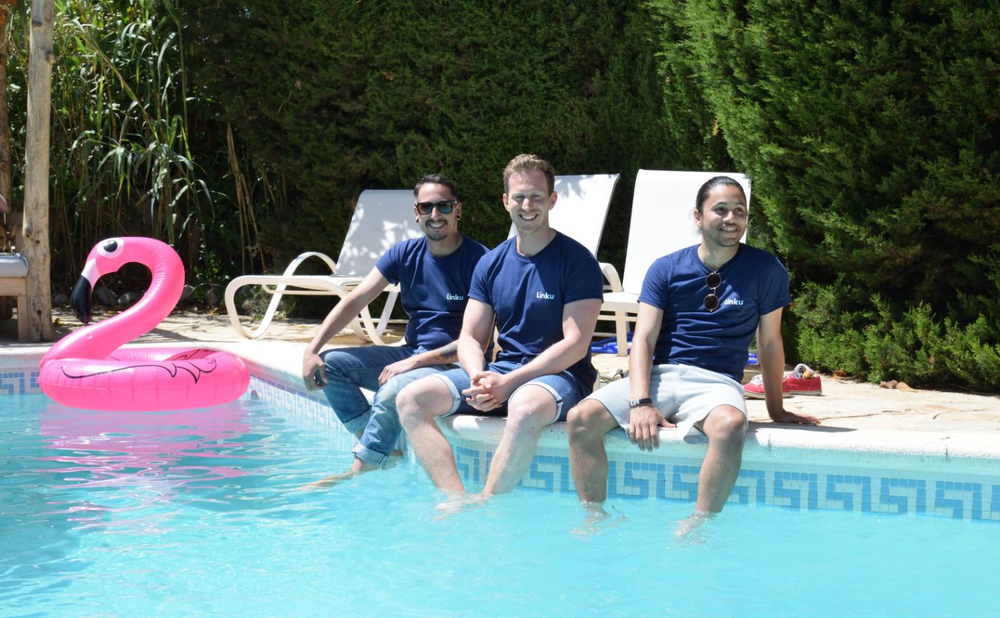 Thomas (midden) op Ibiza samen met Linku