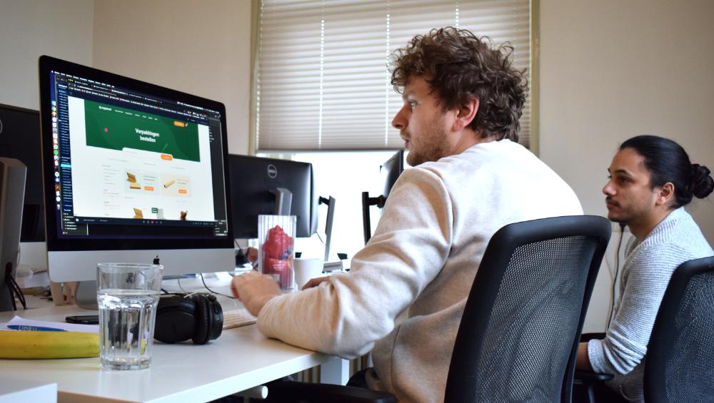 Developer Marley en designer Marley overleggen over UX
