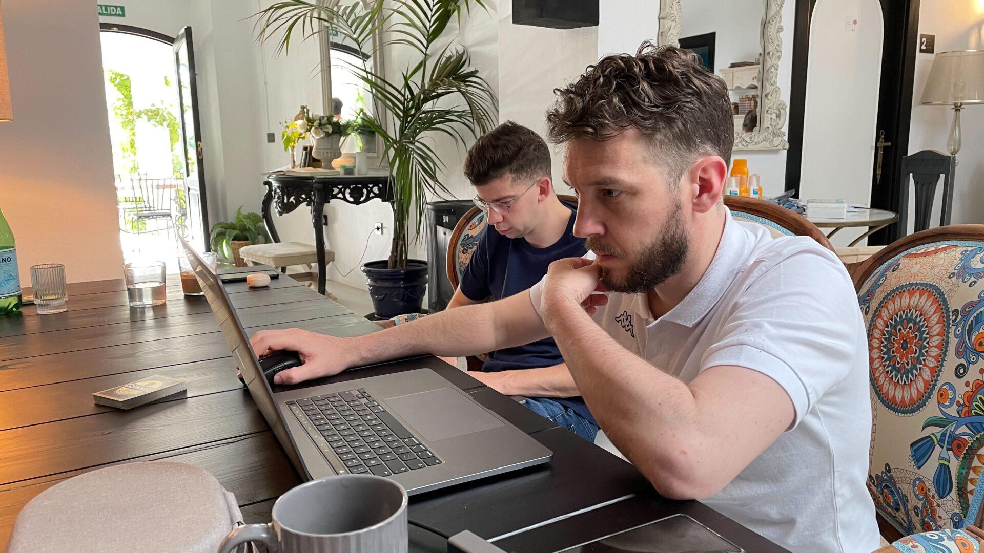 Matthijs en Leon aan het werk